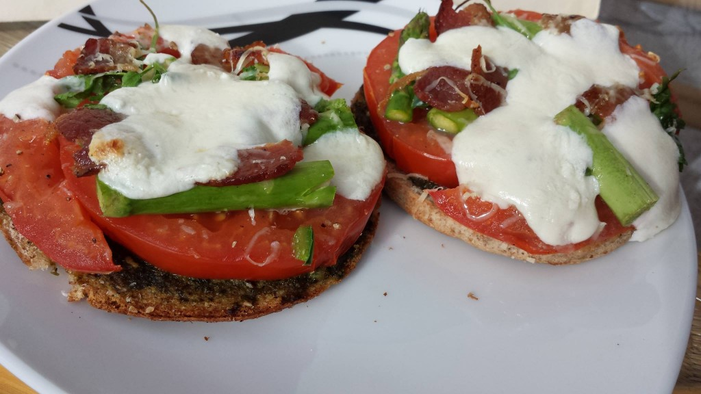 Healthy Whole Wheat Pesto Caprese Mini Pizza